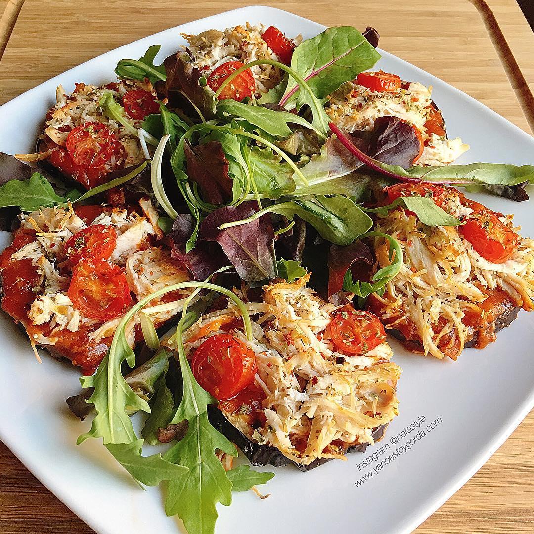 """Berenjenas al horno con tomate y pollo desmechado """"fit"""""""