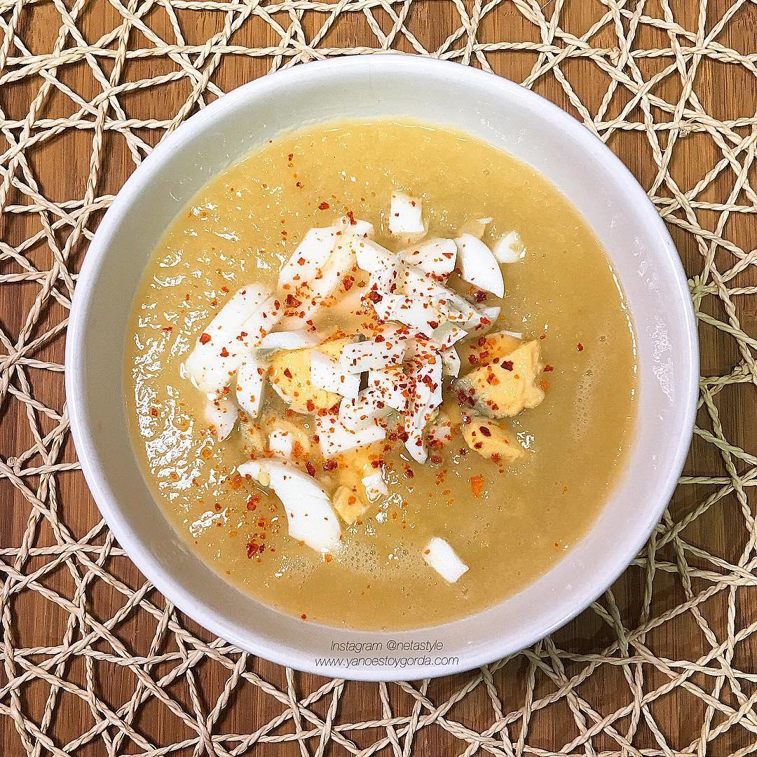 Puré de puerro, cebolla y pollo con huevo cocido