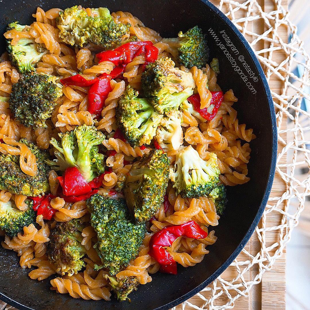 Helices de lenteja roja con verduras