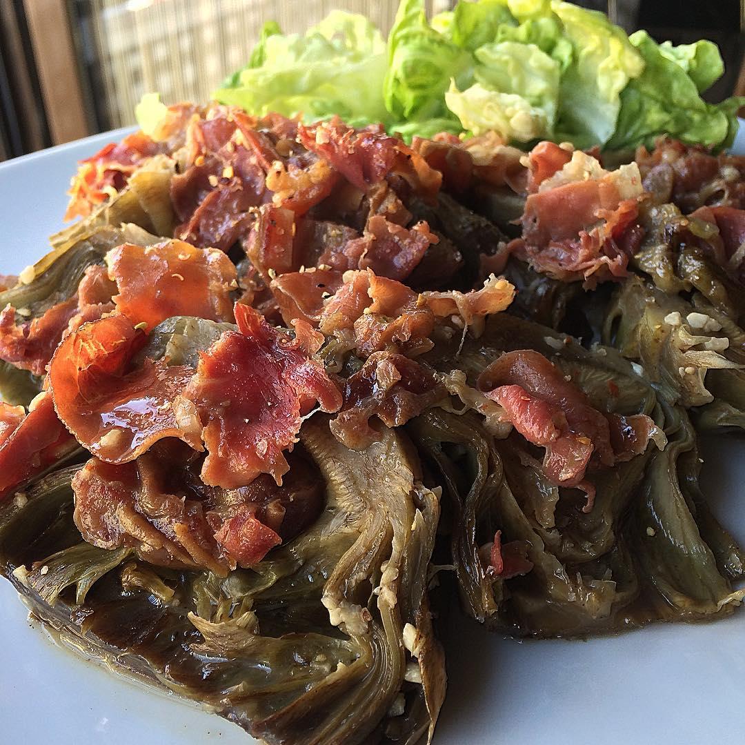 Alcachofas cocidas con jamón y dátiles