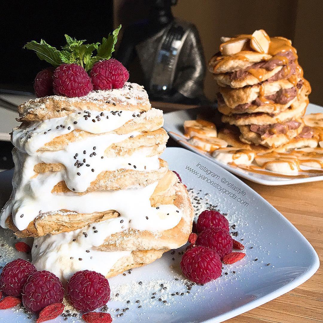 Torres de esponjosas tortitas de avena