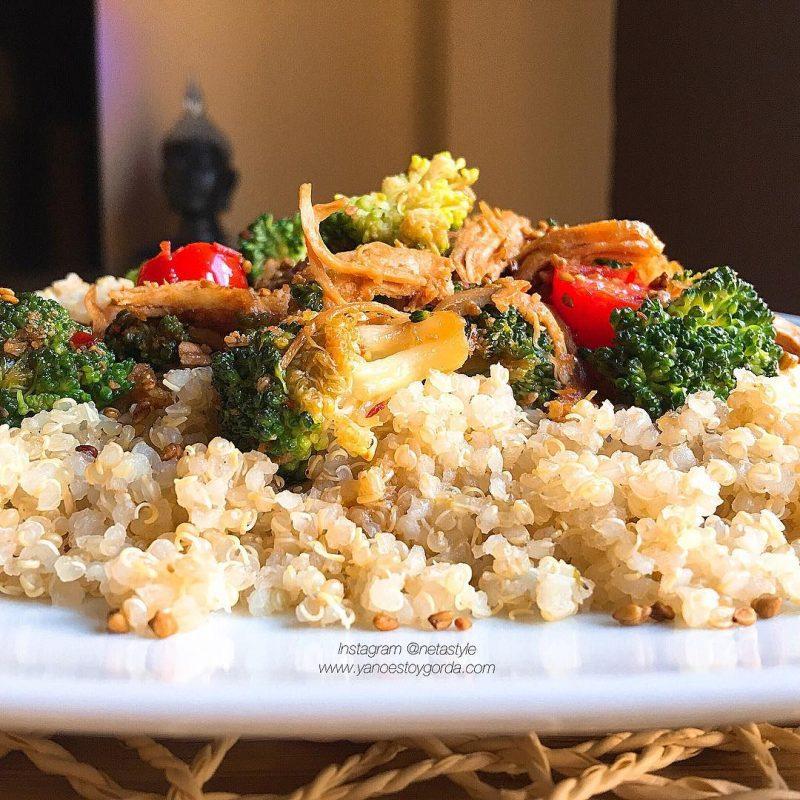 Quinoa con brócoli, pollo y cherrys