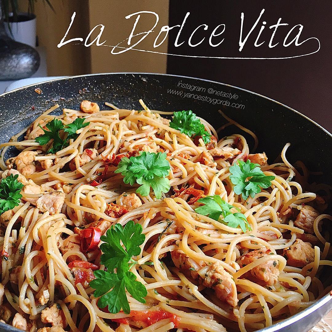 Espaguetis bajos en hidratos con pollo a la andaluza y crema de queso