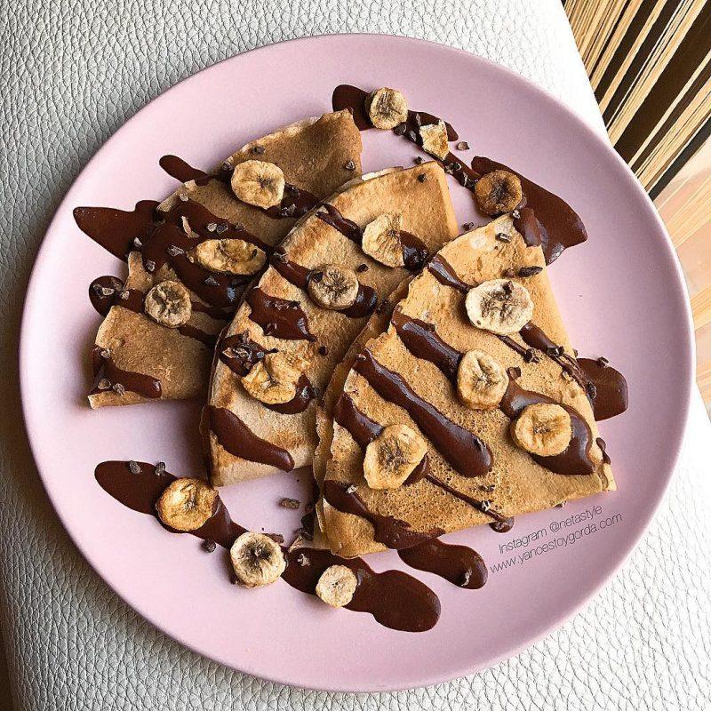 Crepes de avena, maca y canela con sirope de cacao
