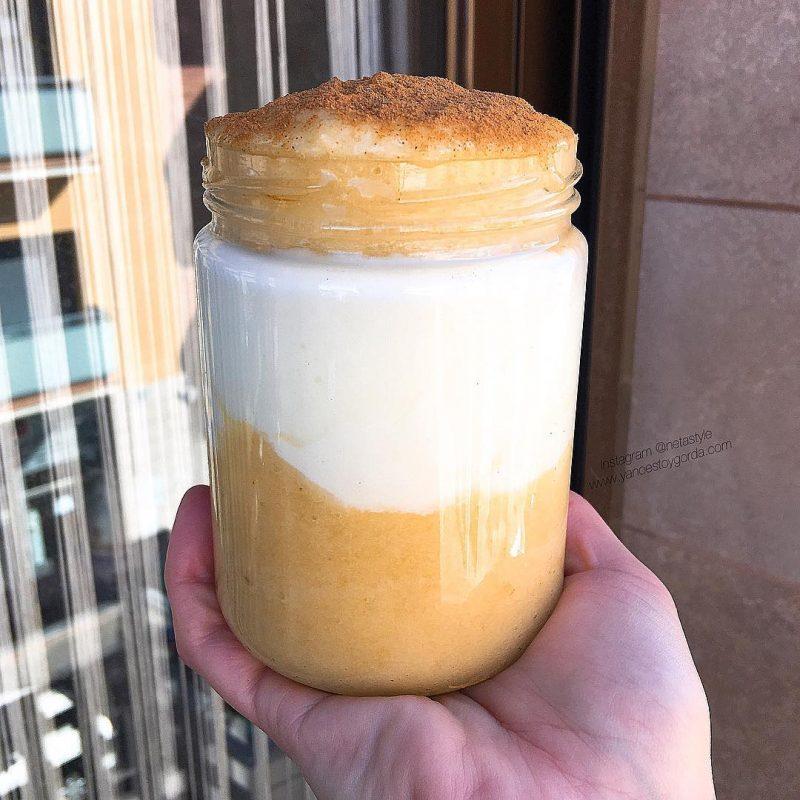 Copa de yogur proteico y salsa de piña