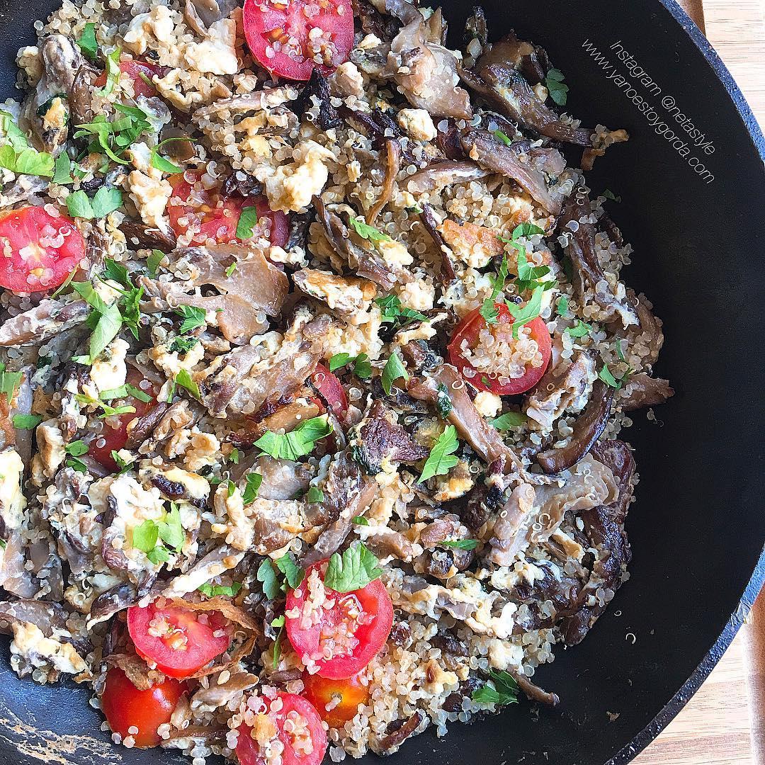 Quinoa con revuelto de huevos y setas