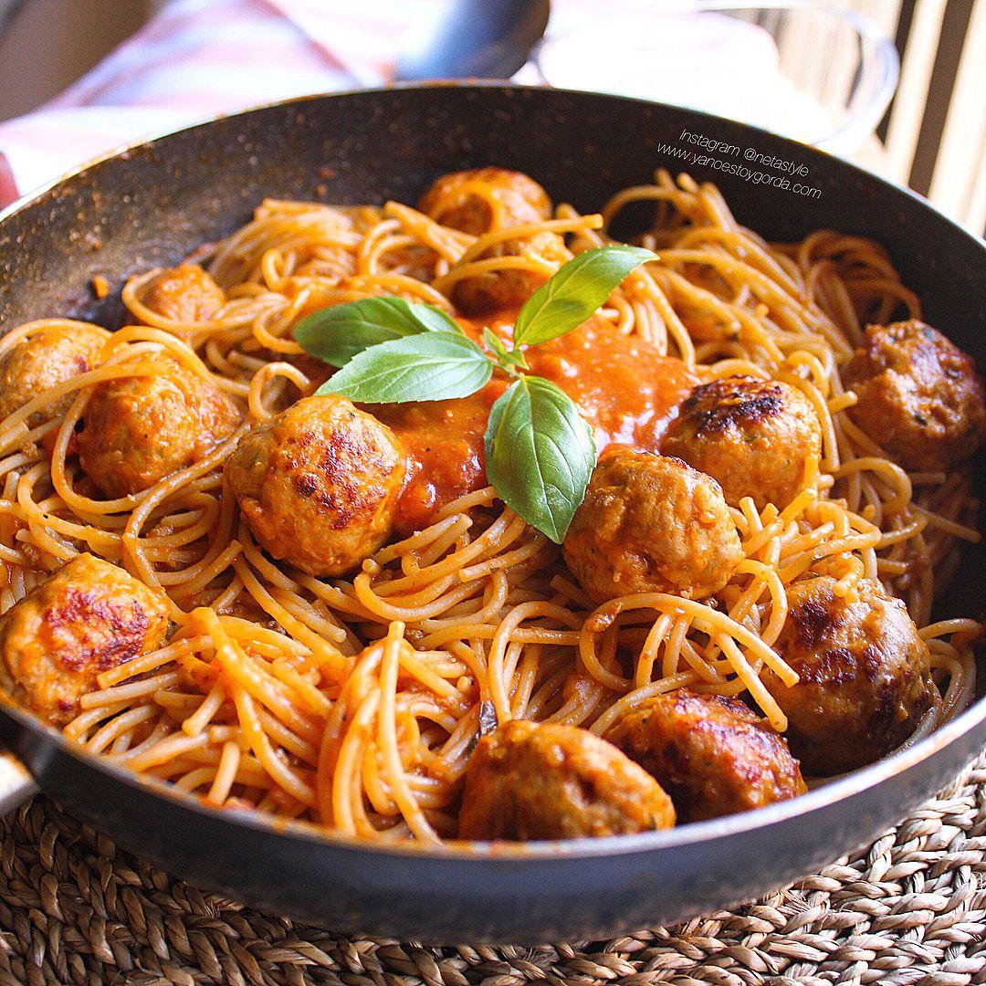 Espaguetis proteicos con albóndigas