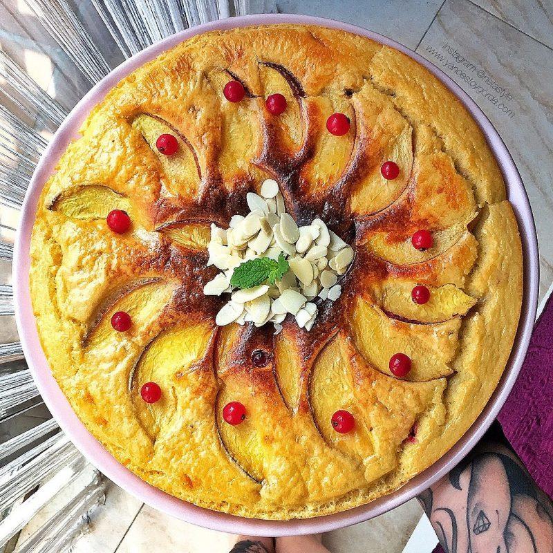 Torta esponjosa de almendra, nectarina y grosellas en la Turbo Cecofry 4D