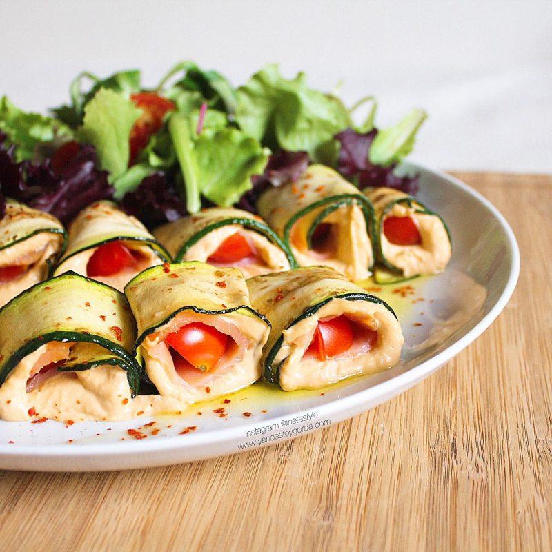 Rollitos de calabacín rellenos de hummus de pimiento asado y salmón ahumado