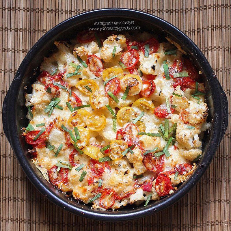 Coliflor al horno con pimientos asados y tomatitos