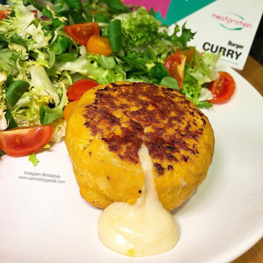 Burger de pollo al curry rellena de queso proteínico