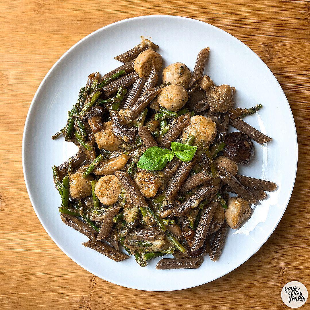 Macarrones de sarraceno con verduras y albóndigas