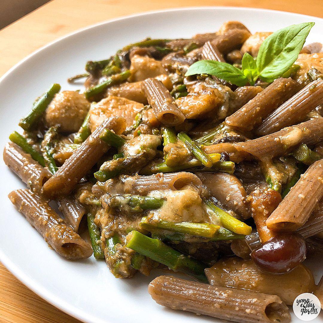 Macarrones de sarraceno con verduras y albondigas