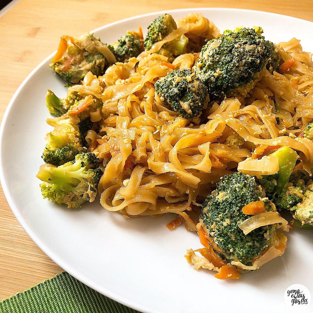 Noodles con brócoli y huevo