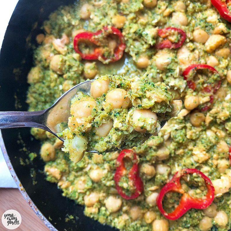 Garbanzos cocidos con brócoli y salmón al curry
