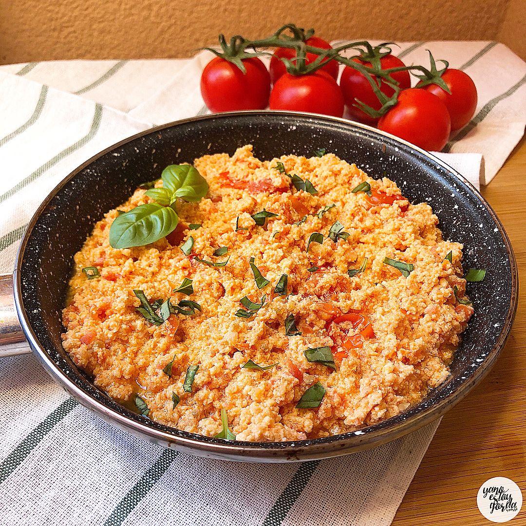 Huevos revueltos con tomate y albahaca