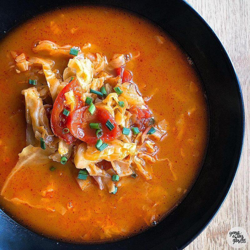 Sopa de tomate y col