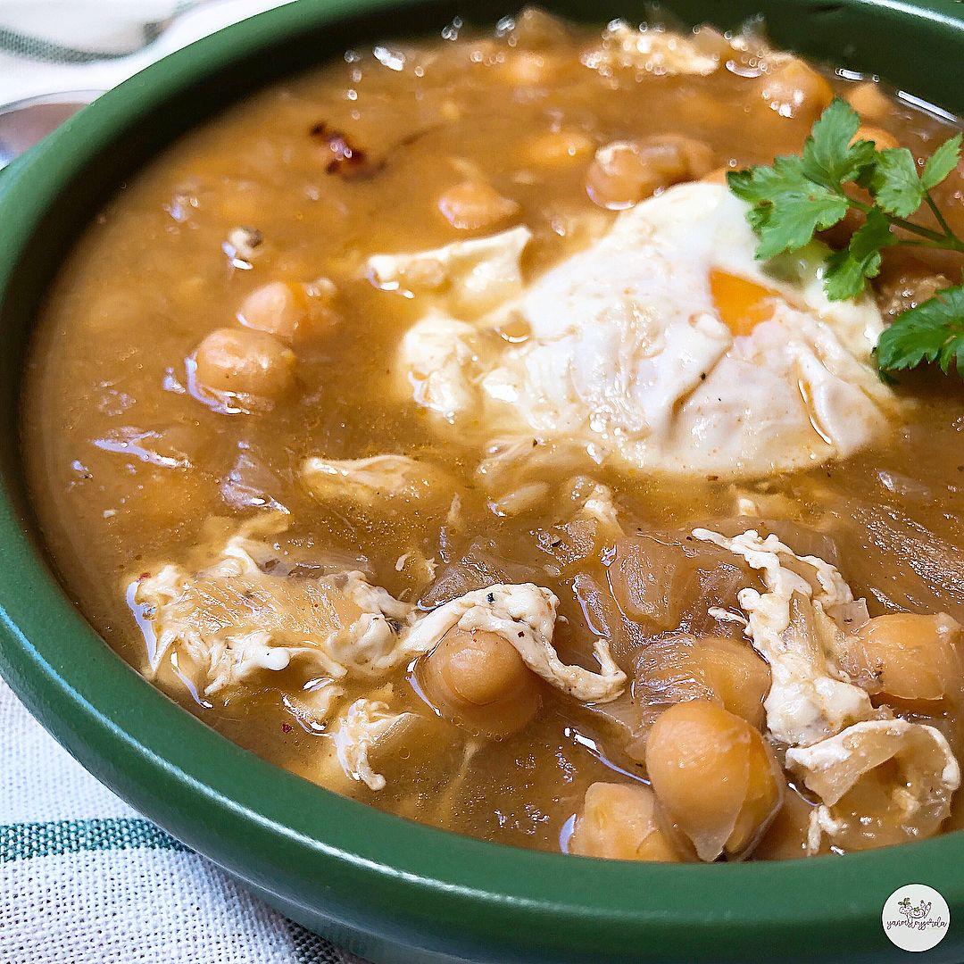 Sopa de cebolla caramelizada y garbanzos