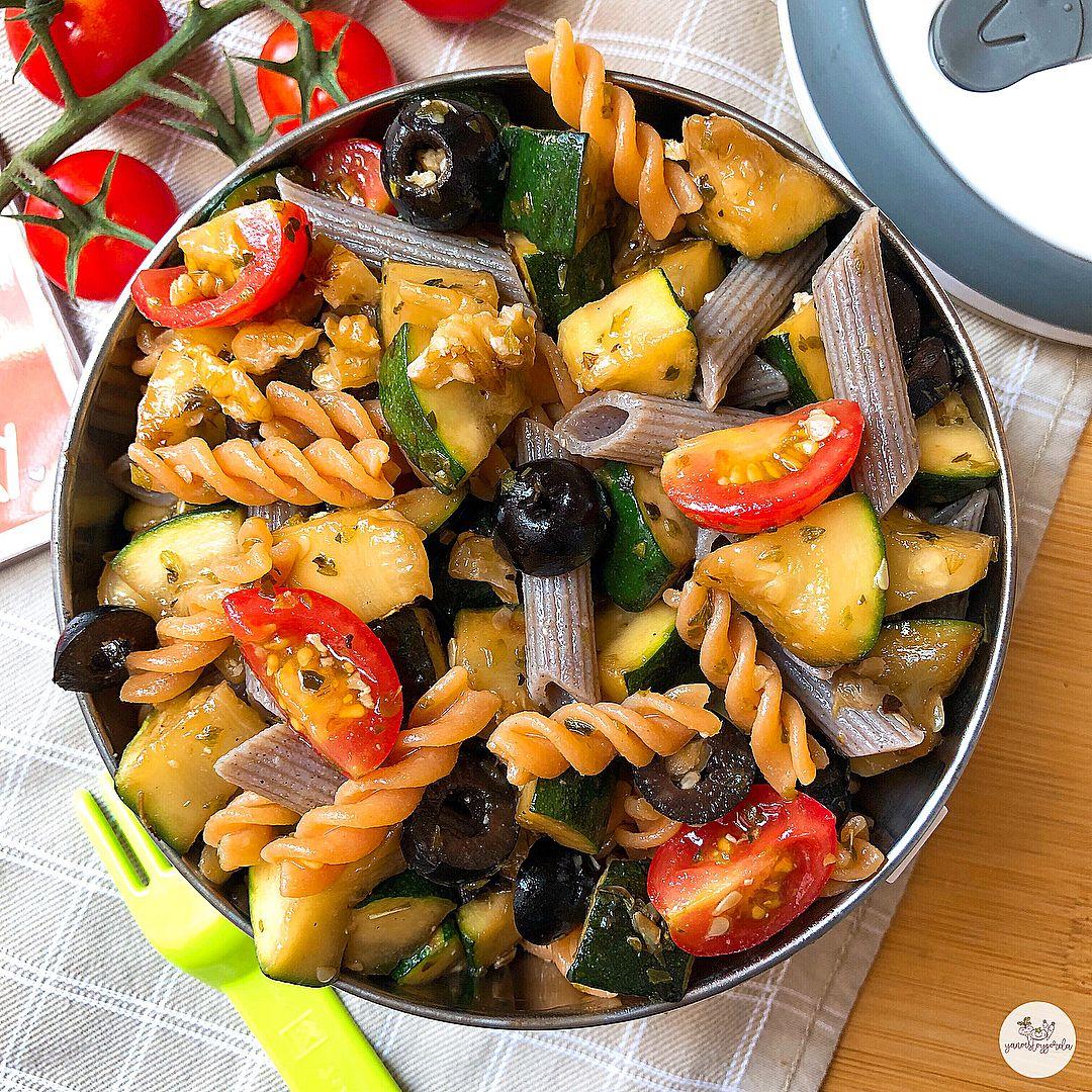 Ensalada de pasta de legumbre y trigo sarraceno con calabacín