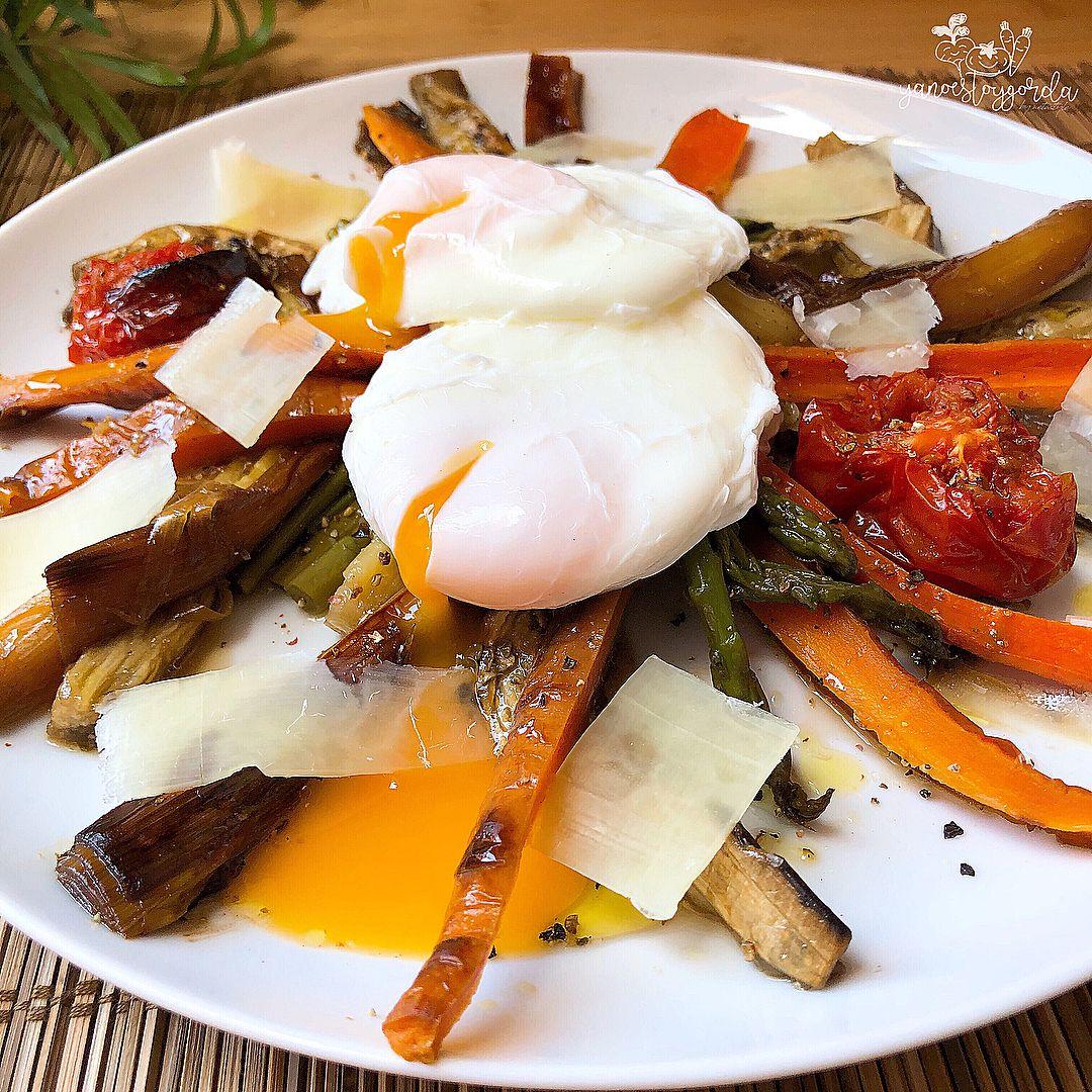 Verduras al horno con huevos pochados