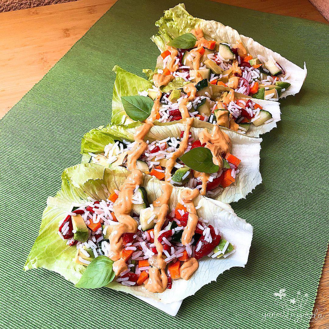 Tacos de lechuga rellenos de ensalada de arroz