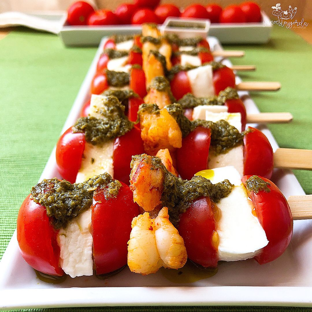Brochetas de tomatitos, mozzarella light y gambones al pesto