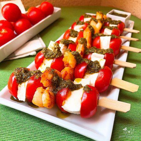 Brochetas de tomatitos, mozzarella light y gambones al pesto