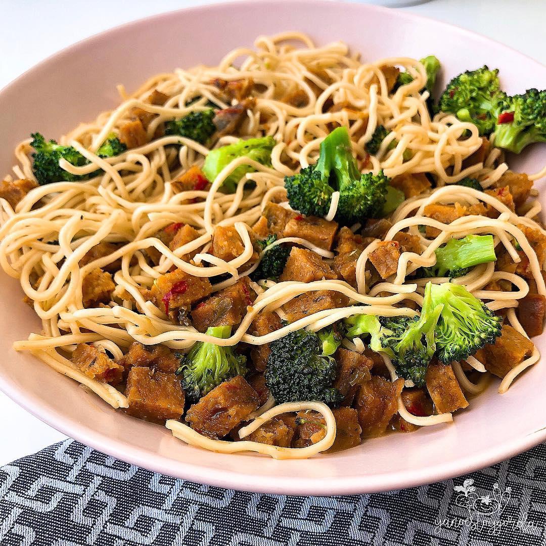 Noodles de arroz con rulo vegetal y brócoli