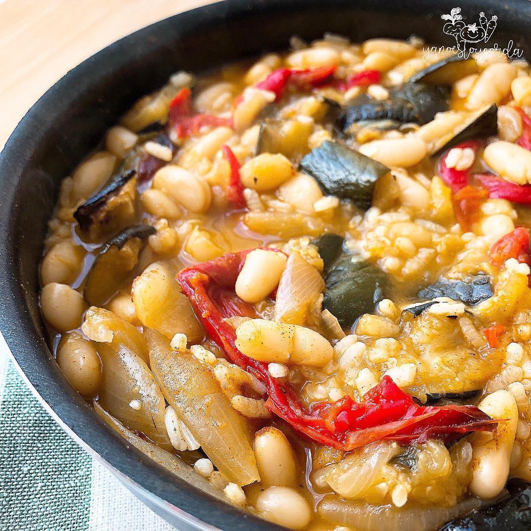 Judías con arroz y verduras asadas
