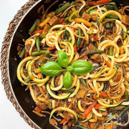 Espaguetis con verduras y rulo vegetal