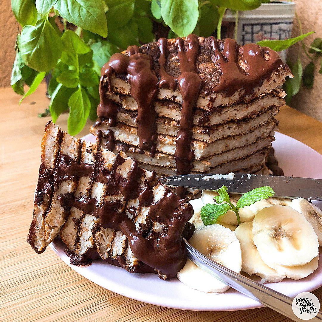 Tortitas de avena integral y plátano con sirope casero de cacao