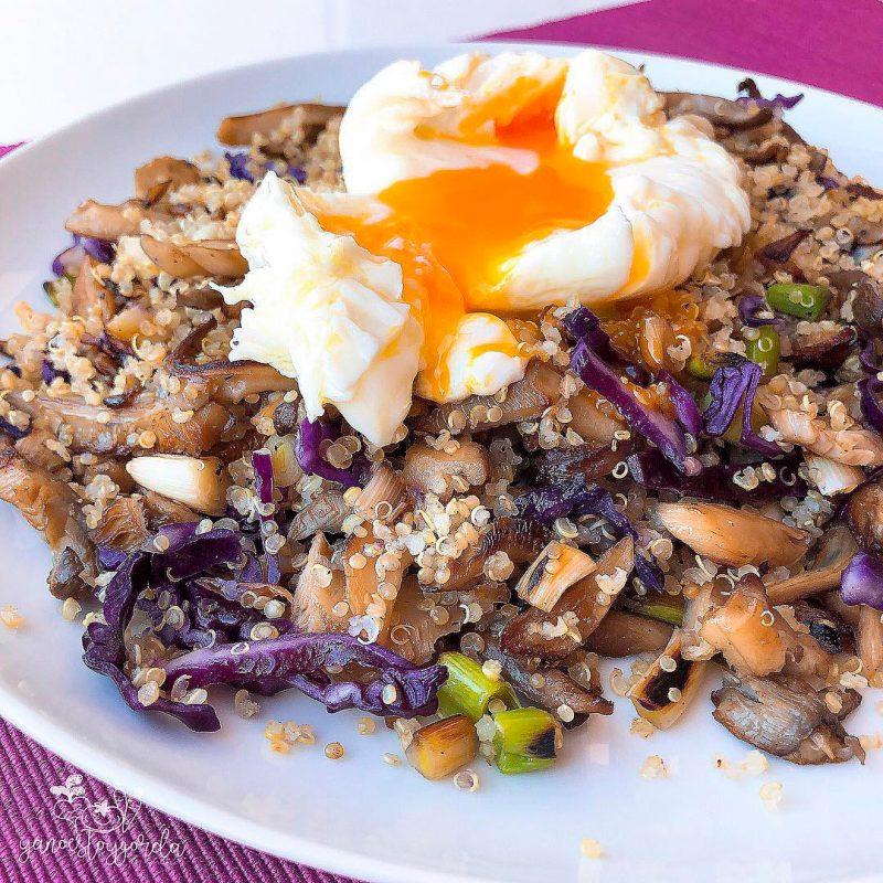 Revuelto de setas, ajos tiernos y quinoa
