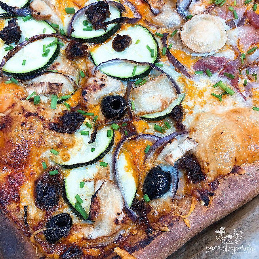 Pizza saludable con los bordes rellenos