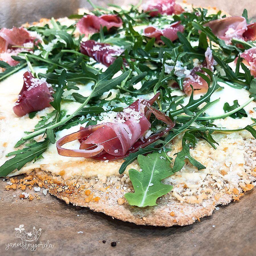 Pizza de espelta con rúcula y jamón