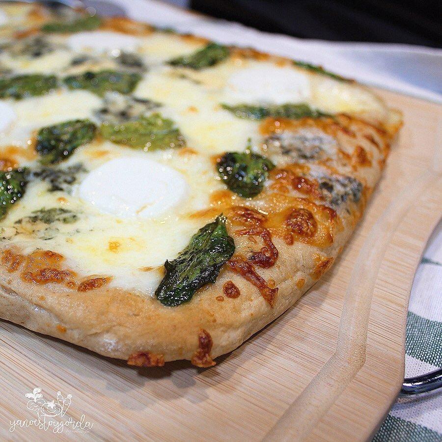 PIZZA BIANCA CON ESPINACAS Y 4 QUESOS