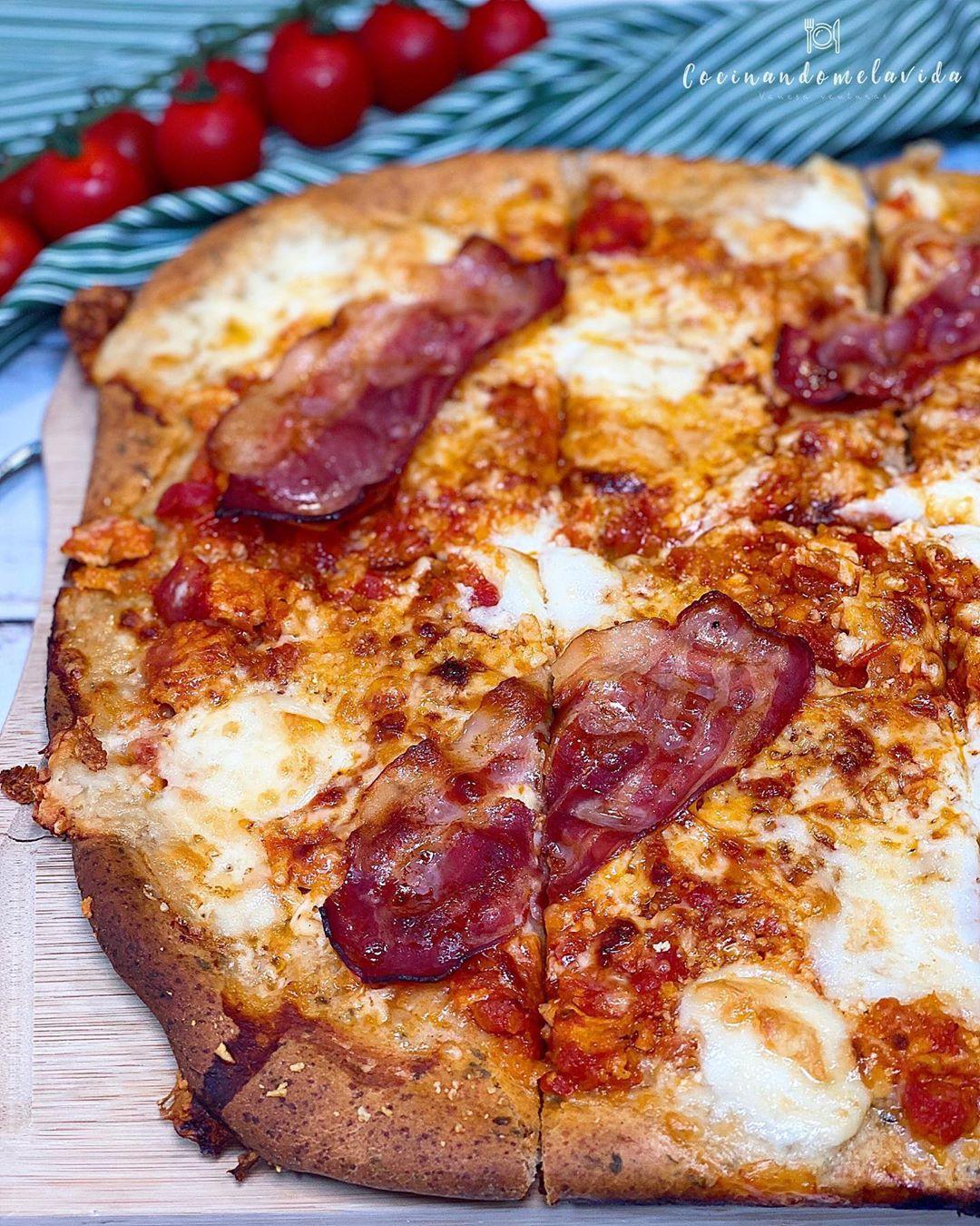 PIZZA DE ESPELTA CON BEICON Y BURRATA